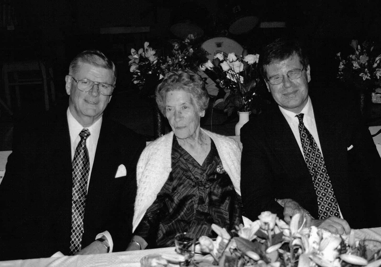 85-åriga Aira Lennes med sin systerson Arto Illman och brorson Timo Sarvilinna.