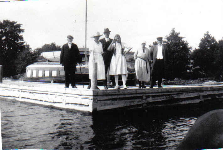 Villa people on the pier 1922